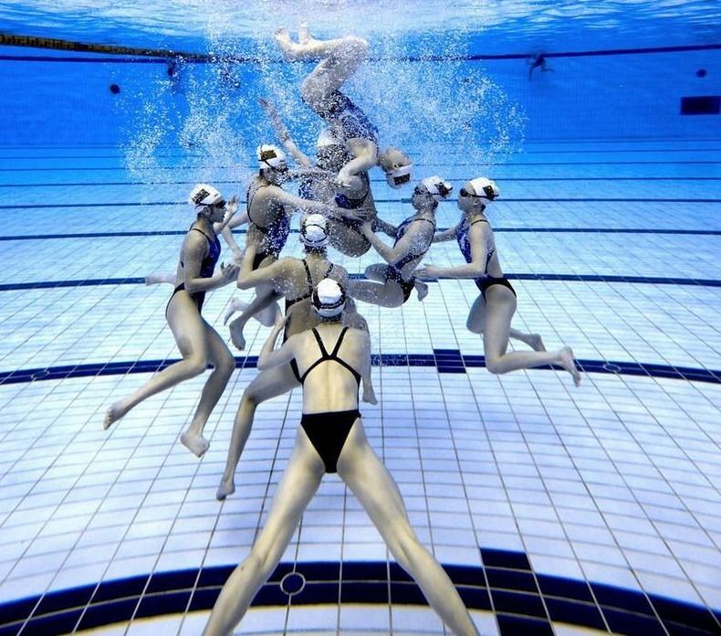 蓝色系泳池女生头像