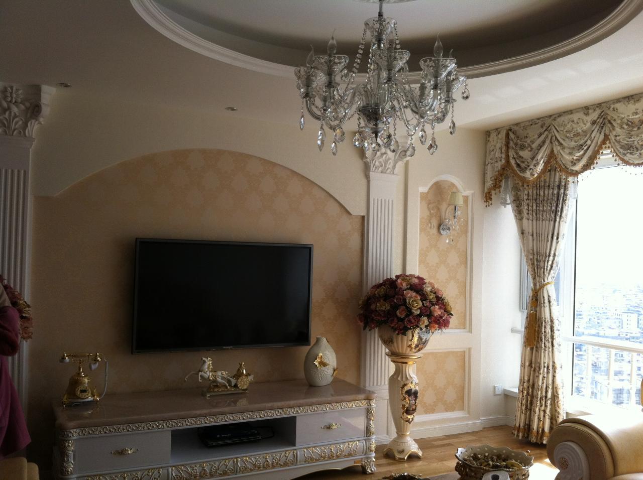 麒芝寓装修效果图;; 大厅影视墙和吊顶的感觉也相互融合,配上欧式图片