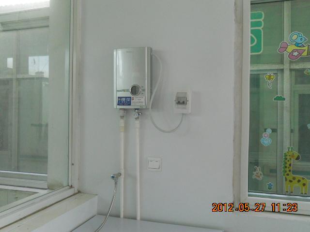 厕所有热水器装修图