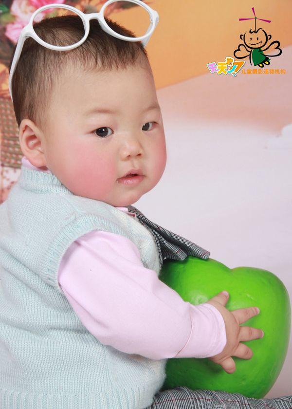 一岁男宝宝的生活照