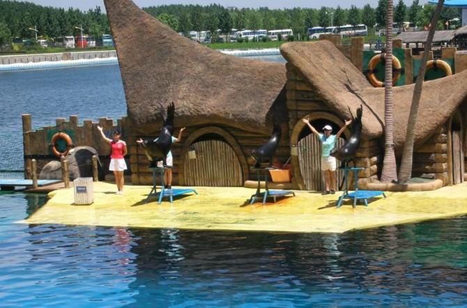 乐岛坐落于美丽的滨海之城素有夏都美誉的秦皇岛市。东距举世闻名的万里长城东部起点老龙头2公里,西距秦皇岛机场仅8公里。   乐岛是国内规模最大、最具海洋特色、在国内唯一融互动游乐、运动休闲、动物展演、科普展示、度假娱乐为一体的海洋主题公园。在园内您可以观赏到海狮、海豚、白鲸的精彩表演;在各种顶级娱乐设备中体验超炫刺激的加速度、失重感;在大型的潜水区里体验漫游海底,与海洋野生动物亲密接触,探索大自然无穷奥秘的乐趣;同时还有更多动感时尚的异域风情表演和充满少数民族气息的边疆歌舞待您欣赏。   乐岛丰富多彩