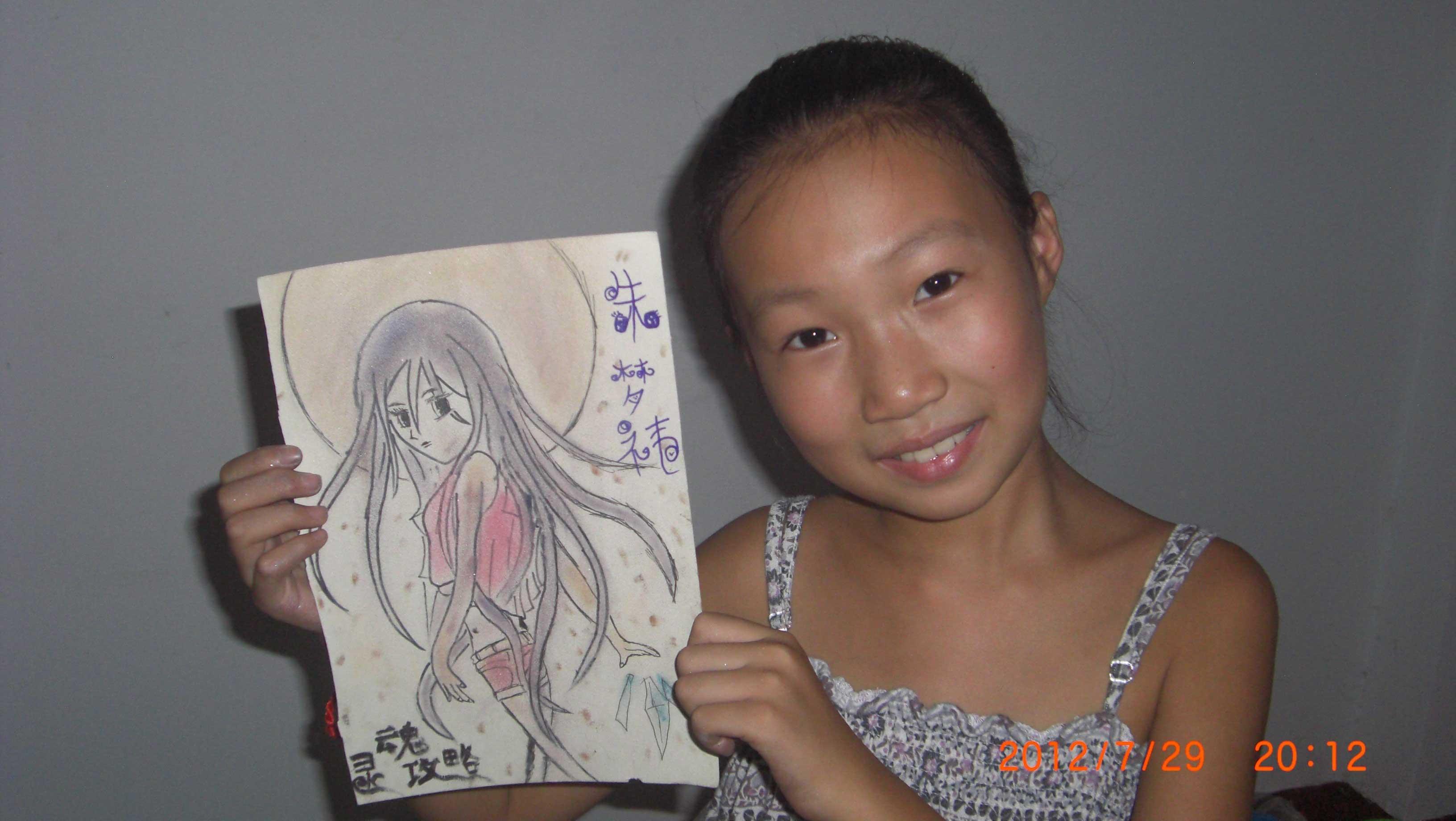朱梦祎:小小的她用铅笔描绘出一个面容俊美的少女,飘逸的头发散发出女孩的青春气息。     朱梦祎是个细心的小女孩,一笔一笔的使画面丰富起来,一点一点的使画面的少女鲜活起来。     朱梦祎是个追求完美的小女孩,作品完成后,还细心的用剪刀一点一点的把画纸的毛边剪下来 &nbsp (注:视频由家长录制,中牟网后期剪辑)