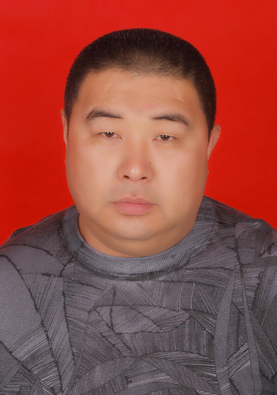 男,40周岁,汉族,高中学历,现任白山市玉香园冷冻食品有限公司董事长