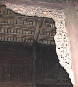 殿中后部有一木制屏风壁