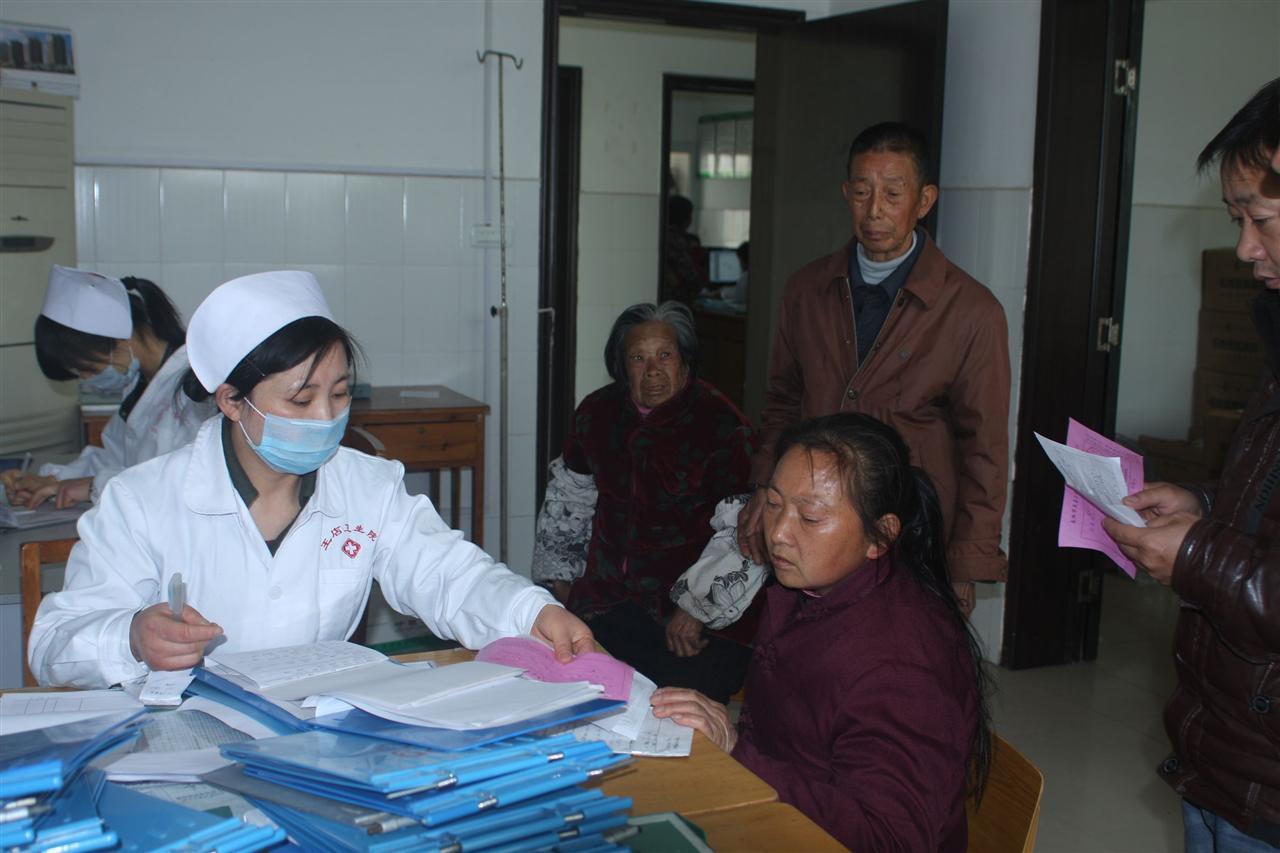 鐘萍也會為每個病人耐心地服務,圖為她正在為新收治的患者講解住院圖片