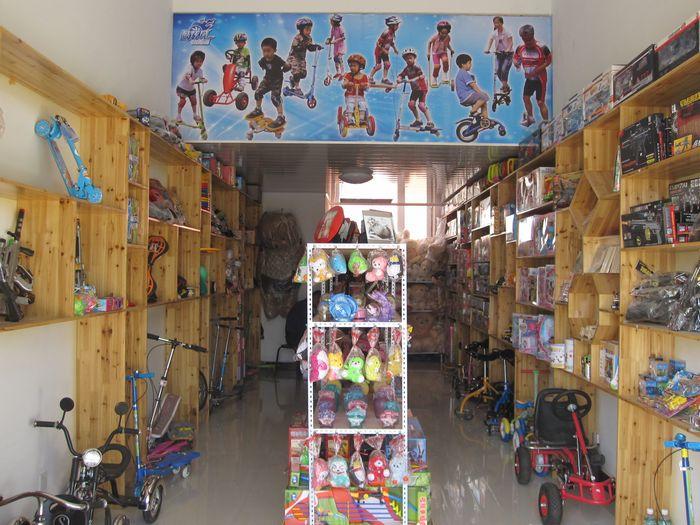 新奇街头玩具店