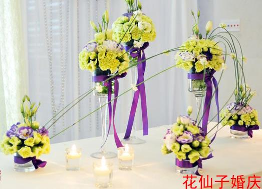 婚礼签到台花艺 婚礼签到台花艺布置 草坪婚礼签到台花艺